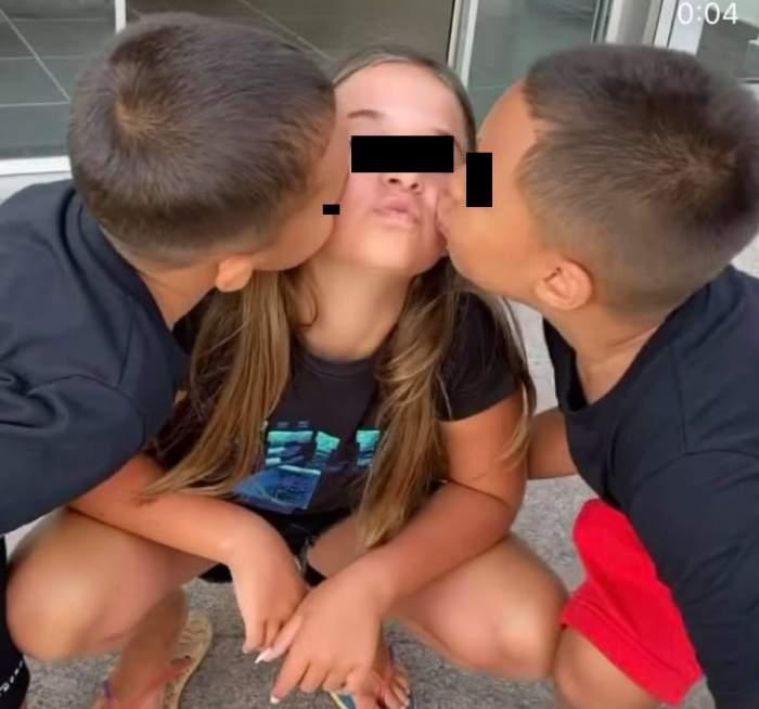 Dominic și Akim o pupă pe Maya pe obraz. Toți trei copiii Antoniei poartă tricouri negre.