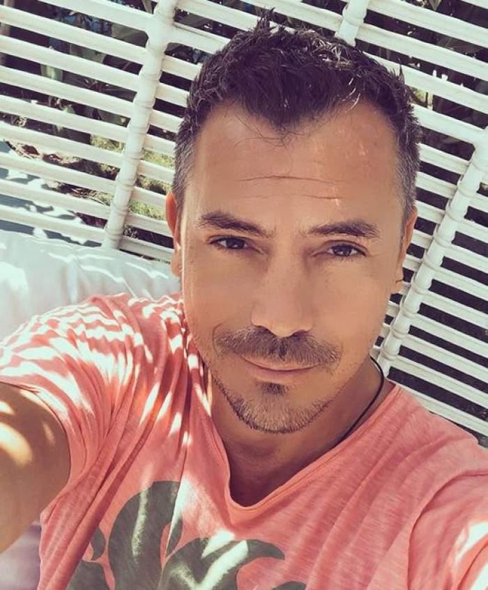 Răzvan Fodor într-un selfie. Artistul poartă un tricou roz și zâmbește discret.