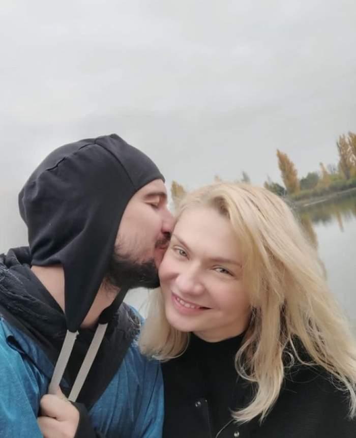 cristina cioran si iubitul ei o pupa pe obraz
