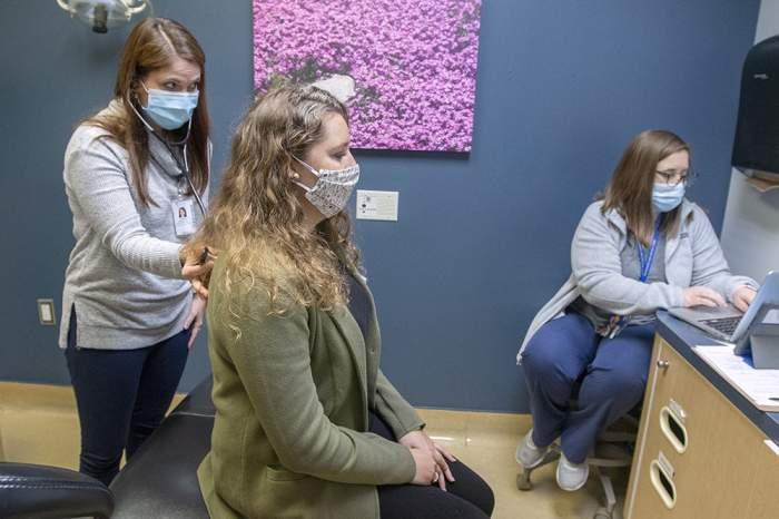 O studentă din Italia a fost injectată cu şase doze de vaccin Pfizer din greșeală. Cum se simte tânăra acum