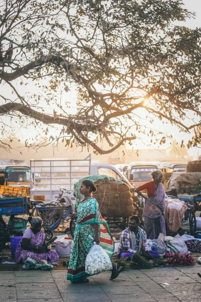 oameni pe stradă în India