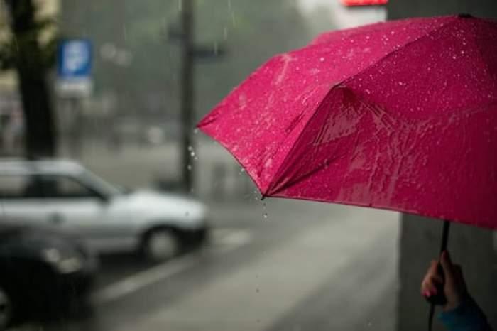 umbrelă roz în ploaie