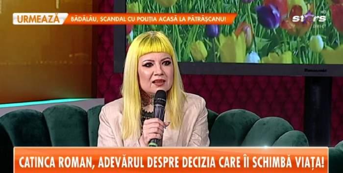 Catinca Roman e la Antena Stars. Vedeta poartă un sacou crem și are pe cap o perucă galbenă.