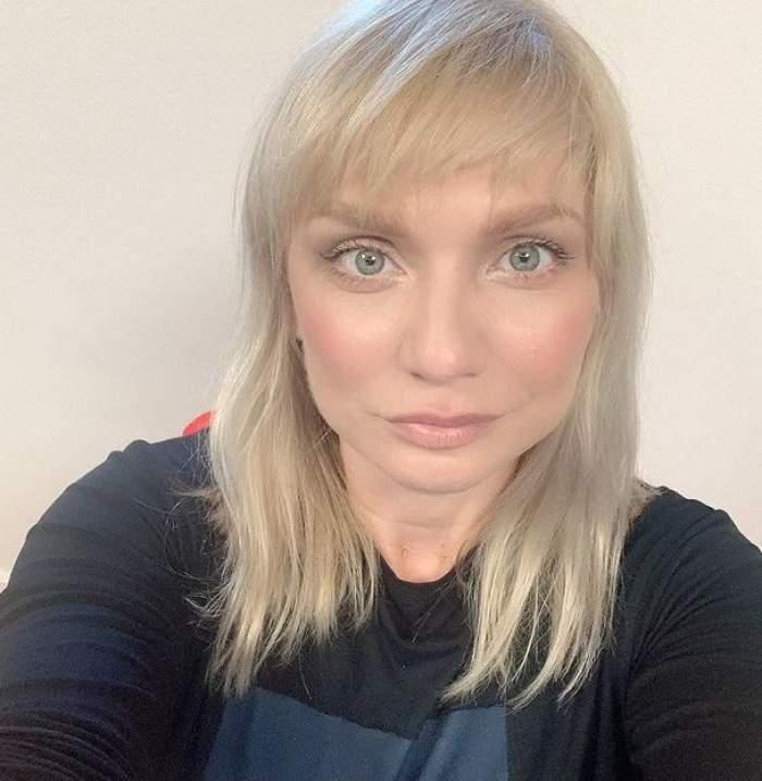 Cristina Cioran poartă o bluză neagră. Vedeta zâmbește discret, într-un selfie.