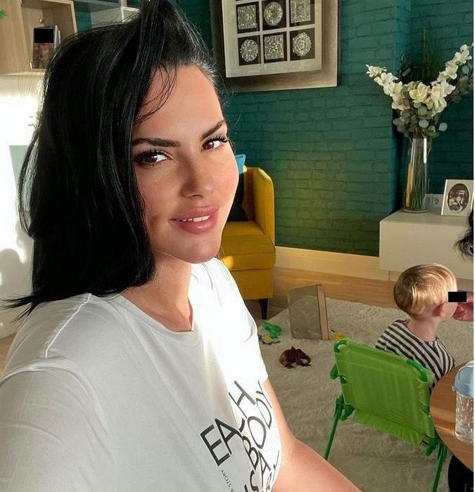 Lavinia Pîrva își face un selfie. În spatele său se află fiul ei.
