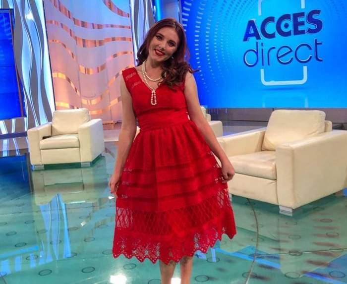 vulpita de la acces direct in rochie rosie