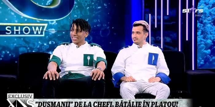 Alexandro Matias și Keed de la Chefi la cuțite stau pe canapeaua neagră din platoul emisiunii Xtra Night Show. Amândoi poartă uniforme albe, de bucătari.