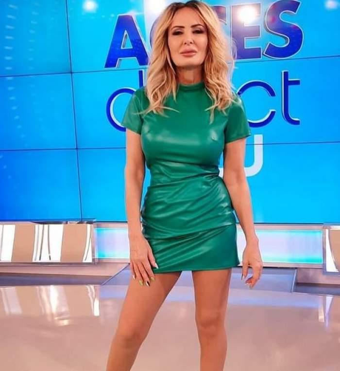 Daniela Gyorfi se află la Acces Direct. Vedeta poartă o rochie verde.