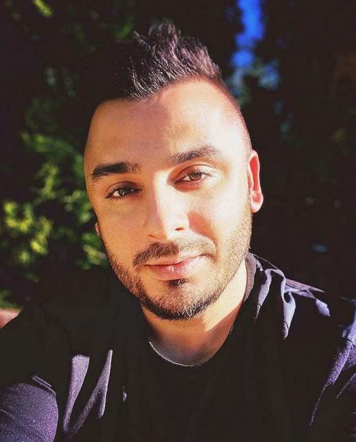 Liviu Guță își face un selfie. Artistul poartă tricou negru.