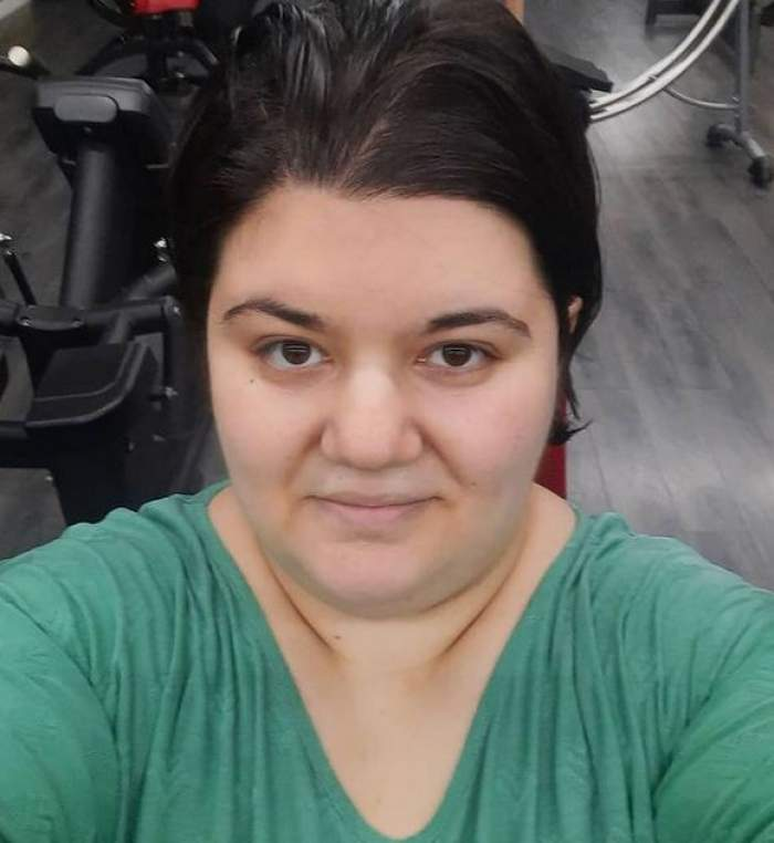 Claudia Radu își face un selfie. Fosta concurentă de la Chefi la cuțite poartă un tricou verde și zâmbește discret.