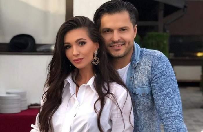 Liviu Vârciu o cuprinde în brațe cu o mână pe Anda Călin. Ea poartă o cămașă albă, iar el una bleu și pe dedesubt un tricou alb.