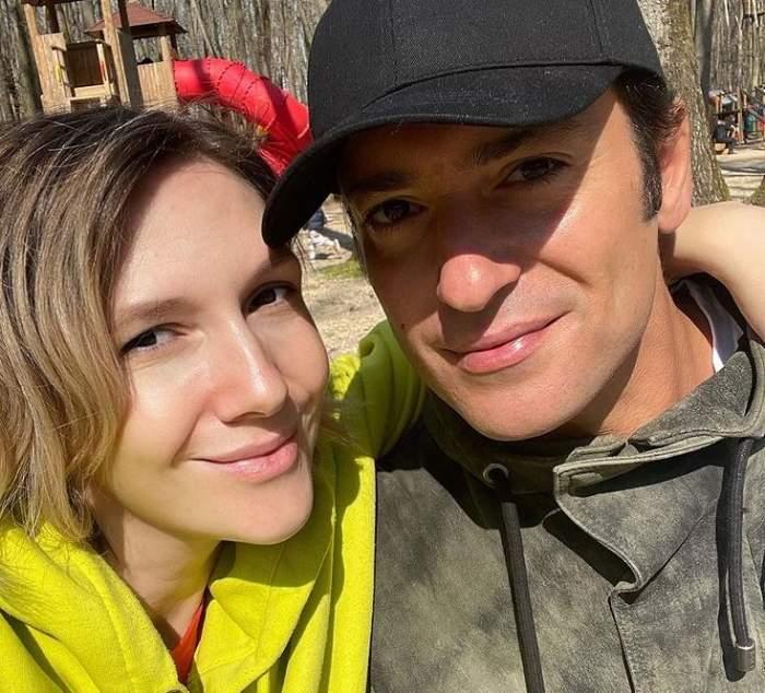 Adela Popescu și Radu Vâlcan sunt în parc. Artista poartă un hanorac galben, iar soțul ei unul gri și o șapcă neagră. Amândoi zâmbesc într-un selfie.