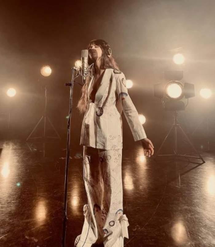 Roxen în timp ce cântă.
