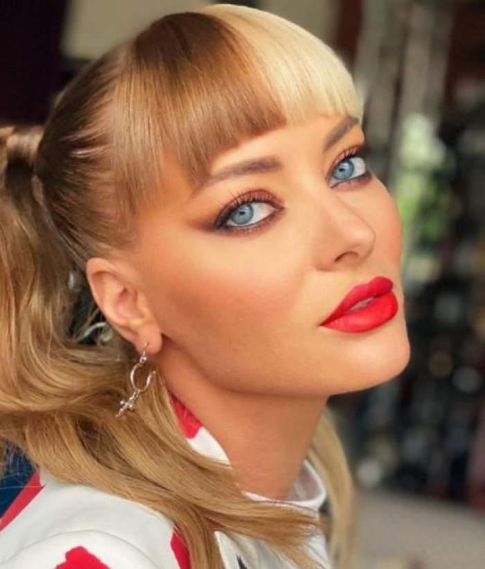 Delia, ședință foto, cu părul în două culori și ruj roșu.