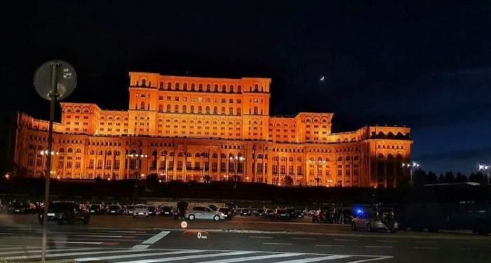 """Românii au ieșit pe străzi pentru a sărbători """"Marea relaxare"""". Cum s-au distrat tinerii chiar la miezul nopții"""