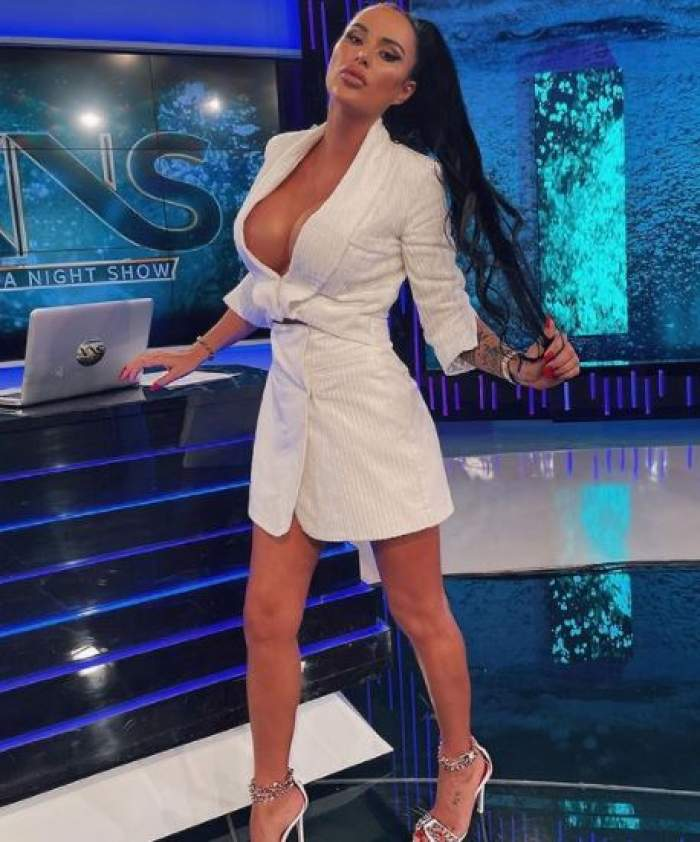 Daniela Crudu cu rochie albă, în platou la Xtra Night Show.