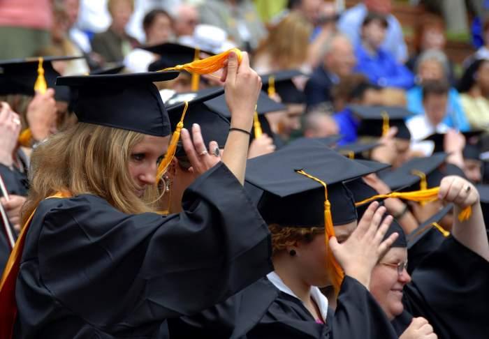 absolventi de facultate la ceremonie