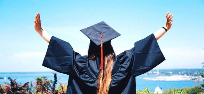 o fata absolventa de facultate
