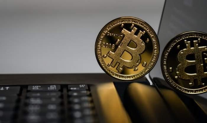 bitcoin pe tastatura unui laptop