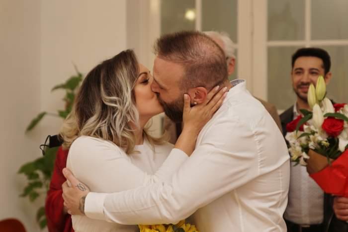 Cortes și Roxana în timp ce se sărută.