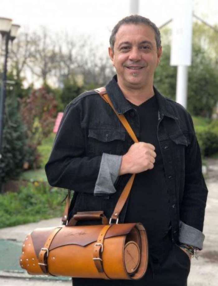 Sorin Bontea cu geacă neagră și geantă maro.