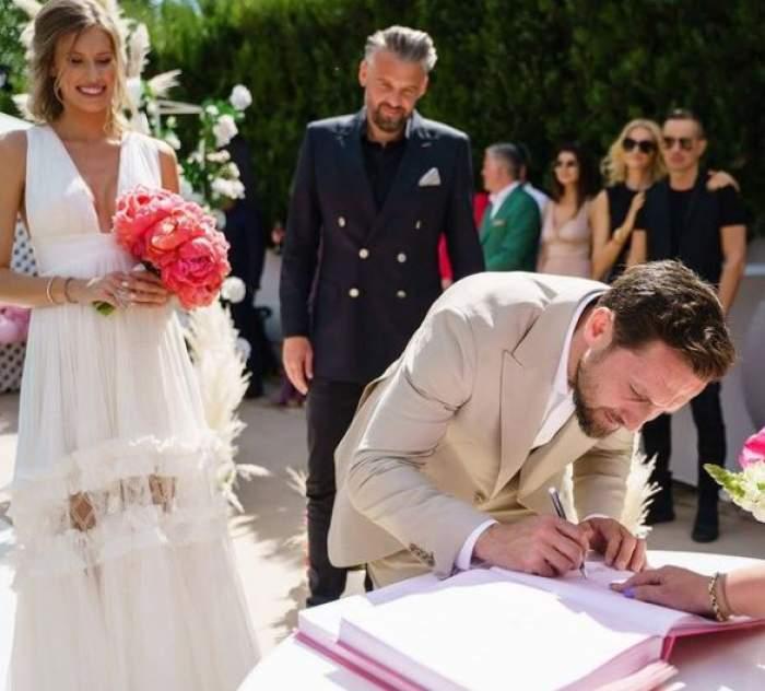 Dani Oțil în timp ce semnează actele de nuntă.