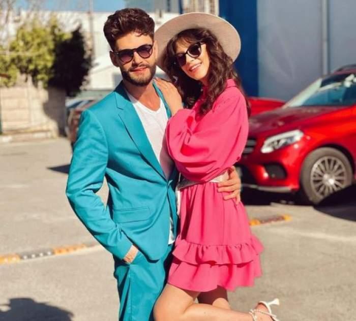 Cleopatra Stratan în rochie roz, în brațe la Edward Sanda, în costum albastru.