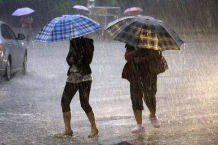 oameni in ploaie