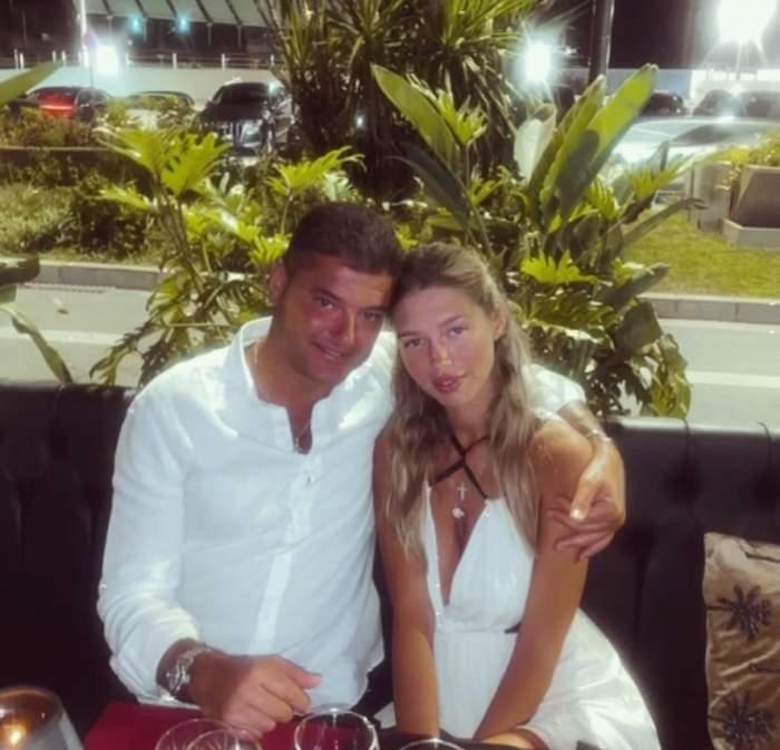 Cristi Boureanu si Laura Dinca sunt la masa in Seychelles, poarta haine albe