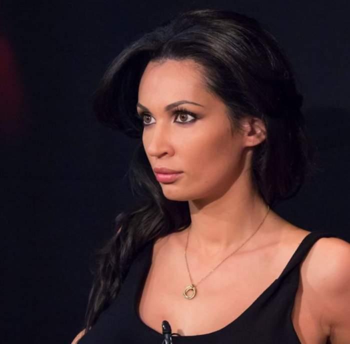 Nicoleta Luciu are un top negru cu bretele