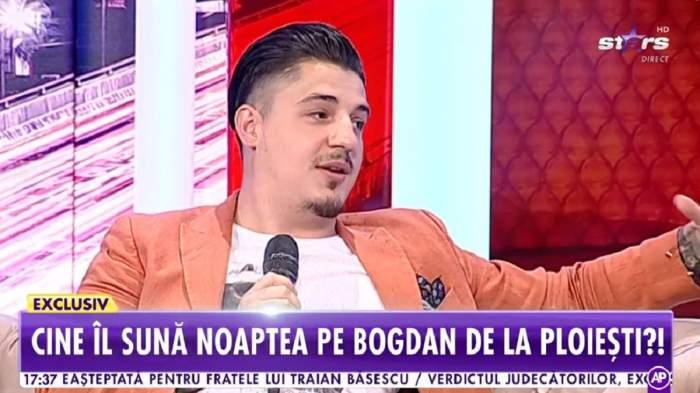 Bogdan de la Ploiești e la Antena Stars. Artistul poartă un tricou alb și sacou portocaliu.