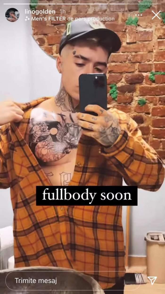 Lino Golden poartă o cămașă oranj în pătrățele și șapcă. Artistul le arată fanilor tatuajele de pe piept.