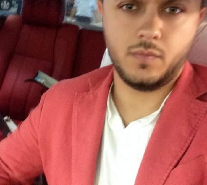 Gabi Bădălău se află în mașină. Afaceristul poartă un tricou alb, iar pe deasupra un sacou roz.
