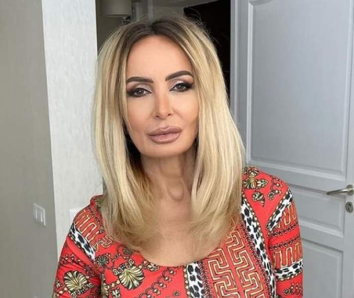 Daniela Gyorfi, în casă cu o bluză roșie