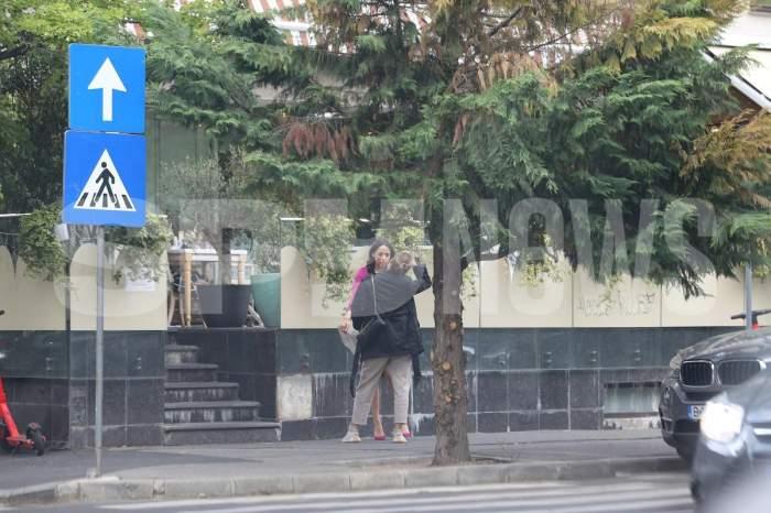 """Andreea Raicu știe să se descurce chiar și când iubitul nu e în preajmă! Cum a cărat diva o statuie uriașă, după ce a luat masa la restaurant. Le-a dat """"clasă"""" tuturor bărbaților / PAPARAZZI"""