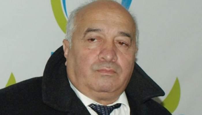 O poză cu Adrian Rădulescu de când era în viață. Acesta purta cămașă albă și o geacă neagră de iarnă.