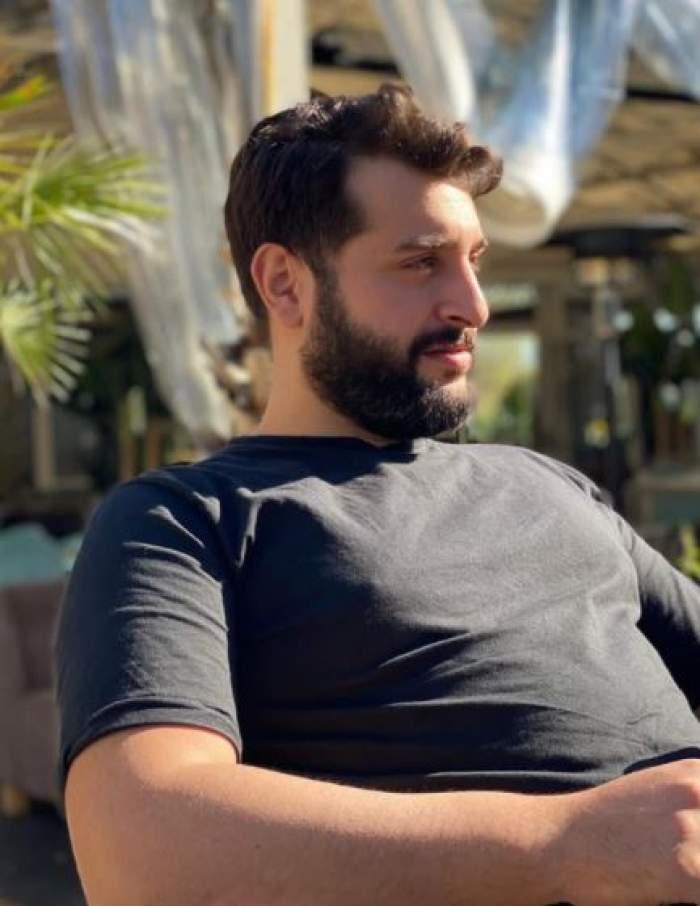 Vincenzo Aiello cu tricou negru, la terasă.