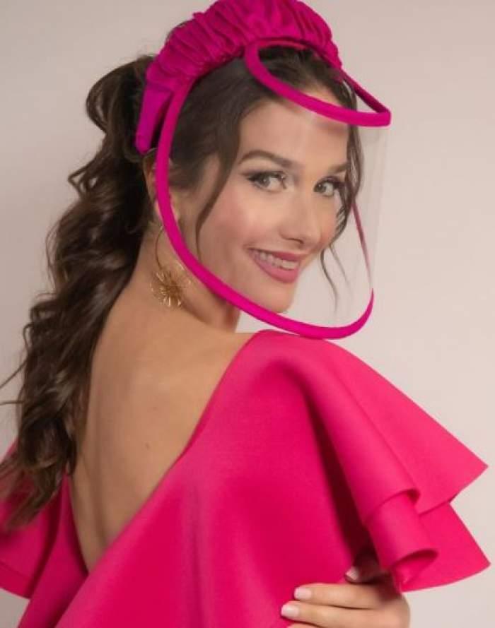 Natalia Oreiro cu mască și rochie roz.