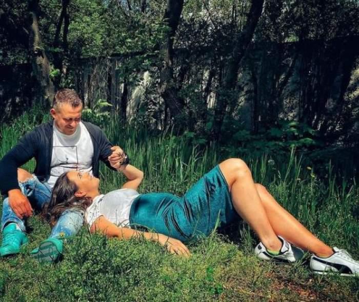 Nicoleta Molnar și iubitul său, la iarbă verde, pe jos.