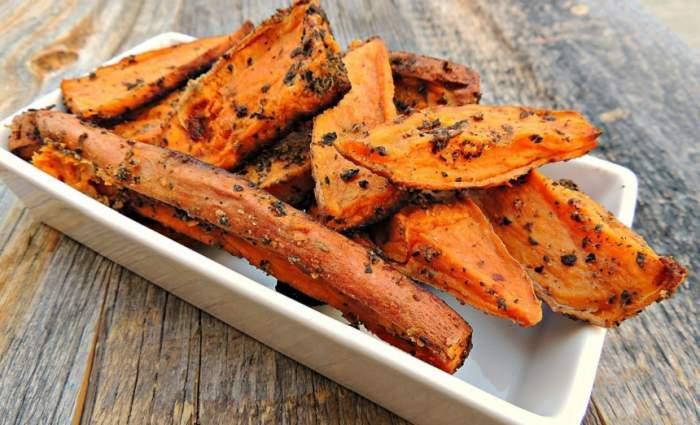 Imagine cu cartofi dulci gatiti pe o farfurie