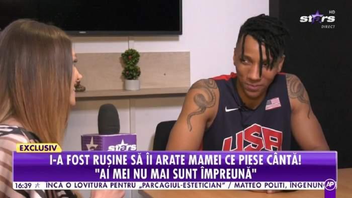 Alexandro Matias dă un interviu la Antena Stars. Tânărul poartă un maiou negru.
