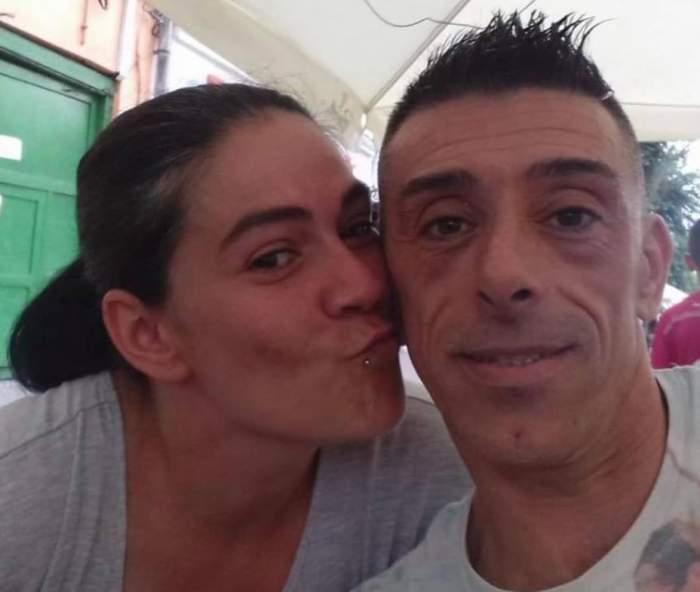 Francisco Garcia Lopez și soția lui la o terasă. Ea încearcă să-l pupe pe obraz.