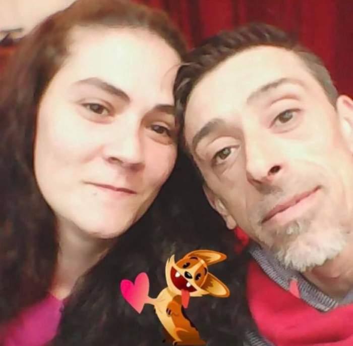 Francisco Garcia Lopez și soția lui își fac un selfie. Între ei e un sticker cu o inimoară.