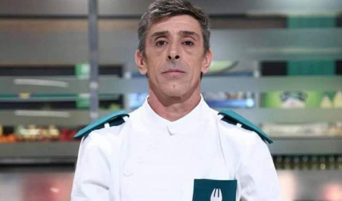 Francisco Garcia Lopez e la Chefi la cuțite și poartă uniformă albă de bucătar cu model verde.