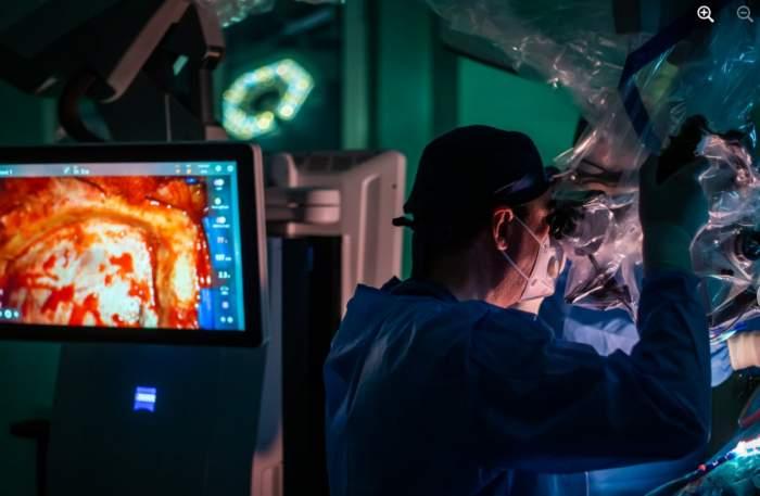 medic în timpul operației pe creier