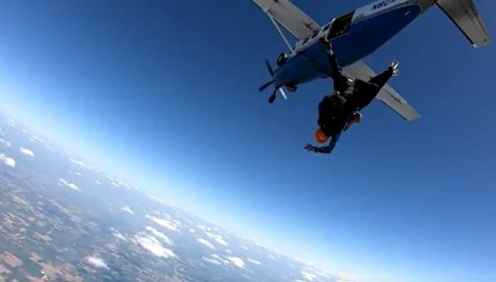 Un tânăr în scaun cu rotile a sărit din avion cu parașuta. Cel mai bun prieten l-a ajutat / FOTO