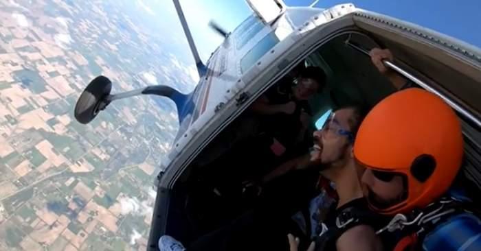 tânăr paraplegic sărind cu parașuta din avion