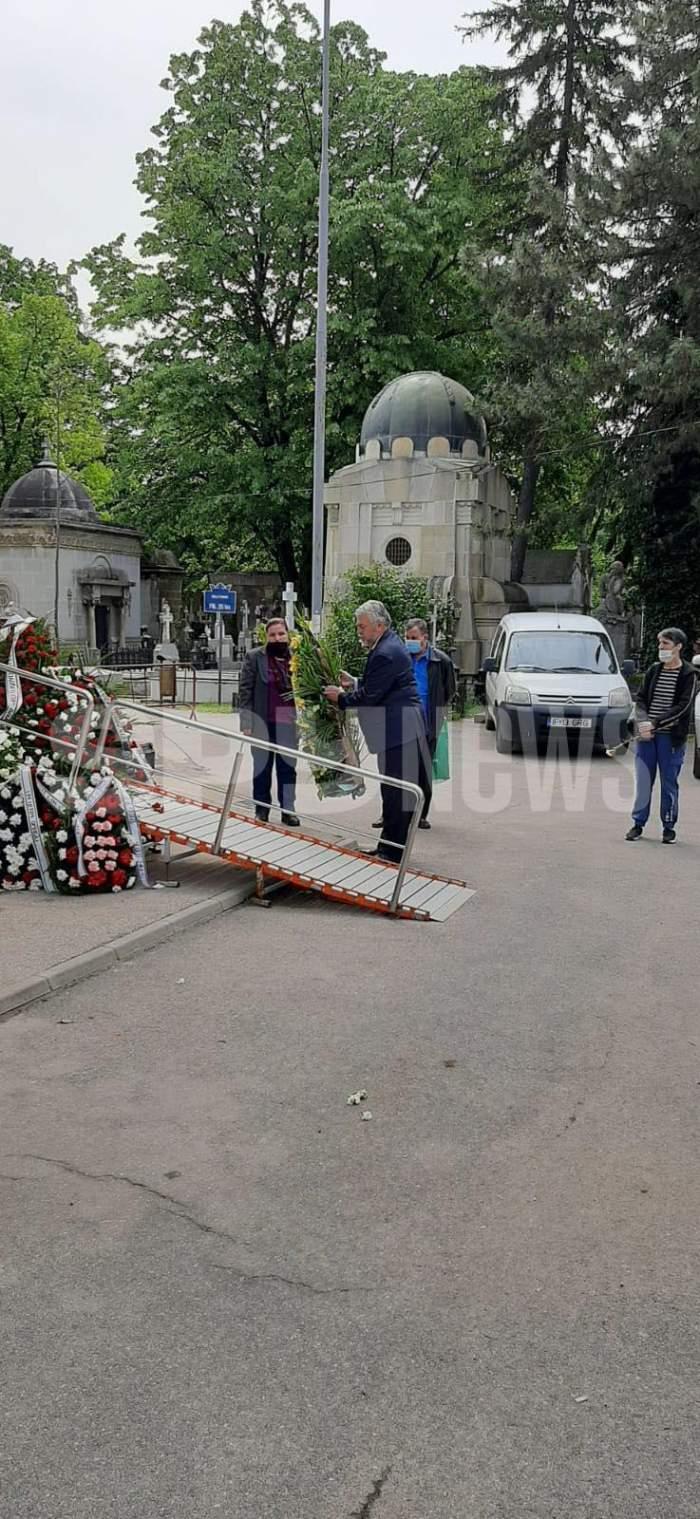 Părinții Andrei Măruță, omagiu pentru Ion Dichiseanu. Au depus o coroană impresionantă de flori / FOTO