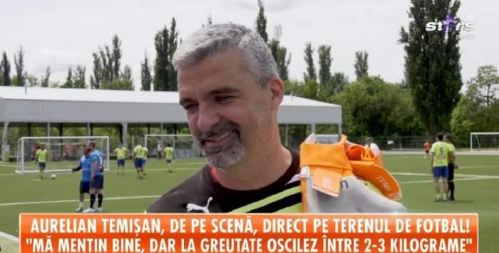 Aurelian Temișan e pe terenul de fotbal. Artistul poartă un tricou negru.