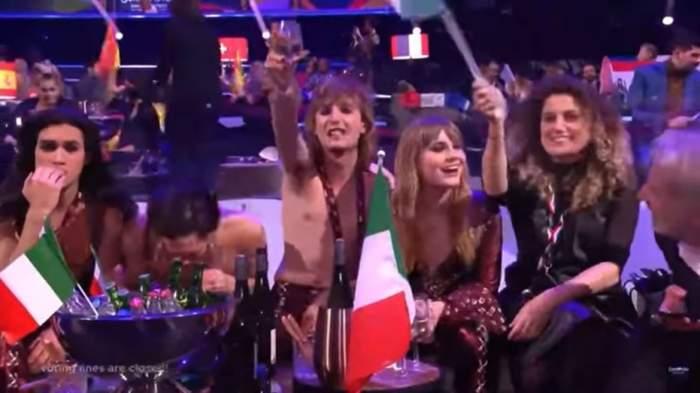 """Unul dintre membri trupei Maneskin, surprins în timp ce pare că se droga în timpul transmisiunii Eurovision. Cum se apără tânărul din Italia: """"Vă rog, nu credeți"""" / VIDEO"""